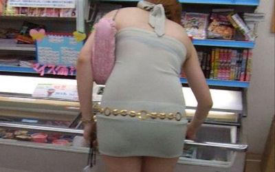 コンビニ店内で透けパン・透けブラしてる油断した買い物客のエロ画像 ①