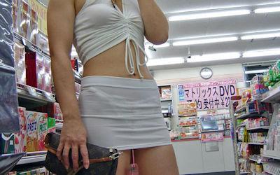 コンビニ店内で透けパン・透けブラしてる油断した買い物客のエロ画像 ②