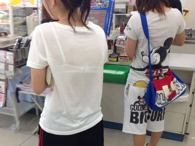 コンビニ店内で透けパン・透けブラしてる油断した買い物客のエロ画像