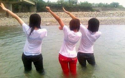 JK・JDが濡れ透けしてる川遊びハプニングのエロ画像 ②