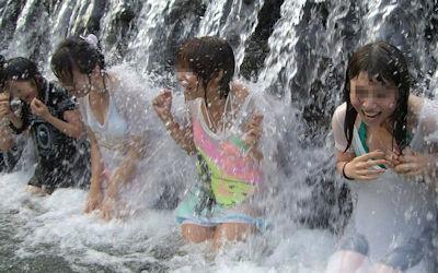JK・JDが濡れ透けしてる川遊びハプニングのエロ画像 ④