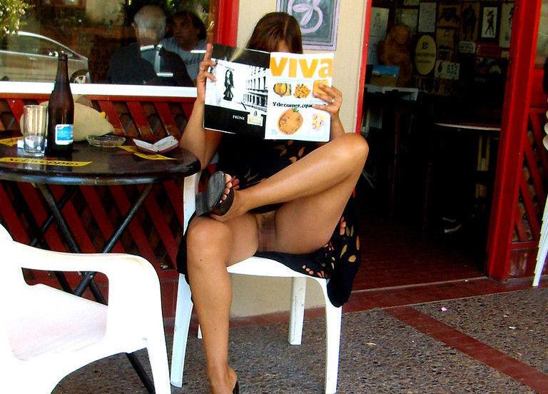レストランやカフェでランチしながら露出する昼食中のエロ画像