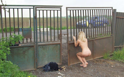 外国人が「野外露出恥ずかしいよ~」って慌てて裸を隠すエロ画像 ④
