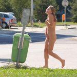外国人が「野外露出恥ずかしいよ~」って慌てて裸を隠すエロ画像