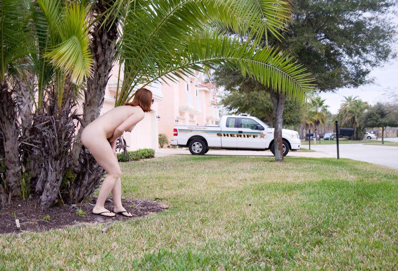 外国人 野外露出 恥ずかしい 裸 隠す エロ画像【30】