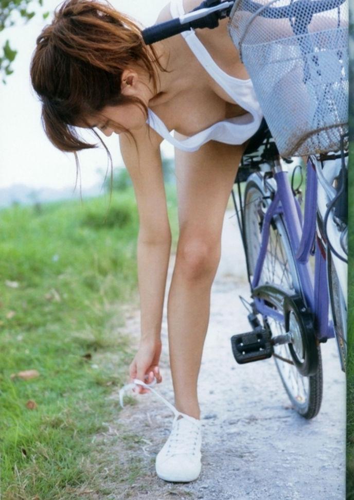 薄着 タンクトップ 美女 おっぱい エロ画像【49】