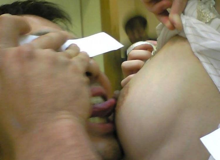 乳首吸い舐めでピンクコンパニオンと過激に遊ぶエロ画像