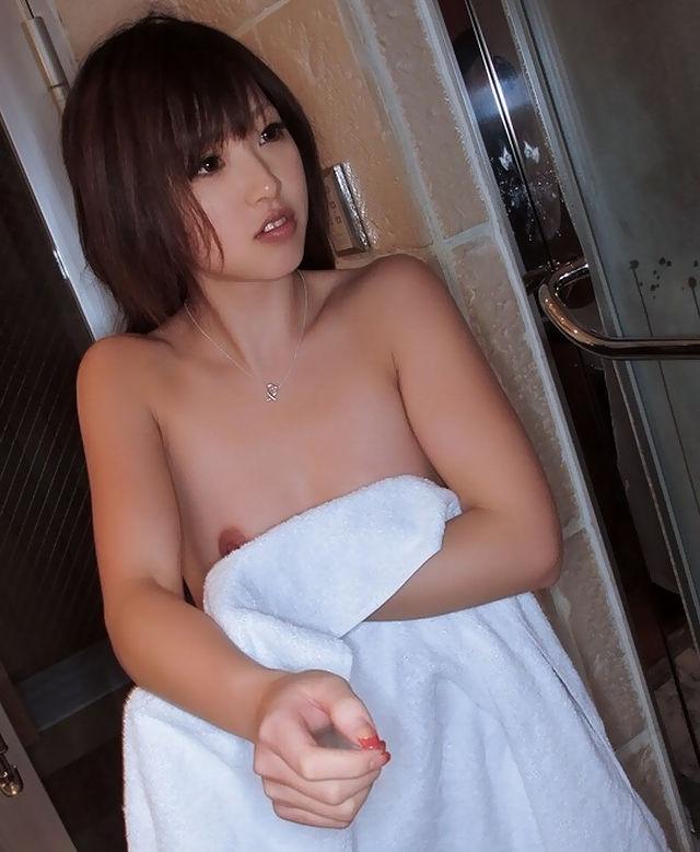 乳輪 乳首 ポロ ハミ出す バスタオル一枚 エロ画像【7】