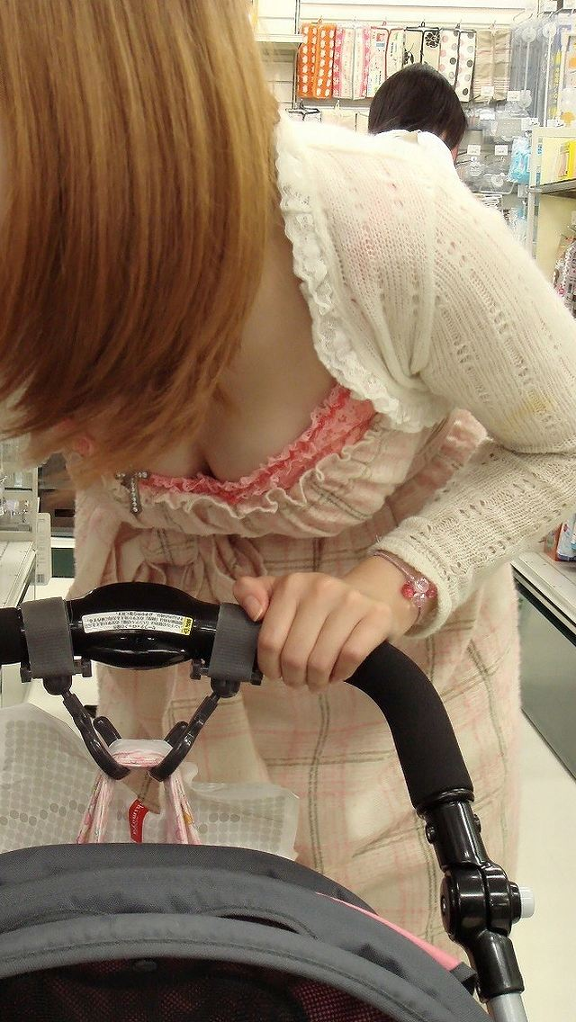 若い ギャルママ パンチラ 胸チラ エロ画像【3】