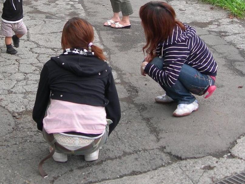 若い ギャルママ パンチラ 胸チラ エロ画像【16】