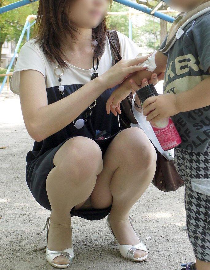 若い ギャルママ パンチラ 胸チラ エロ画像【24】