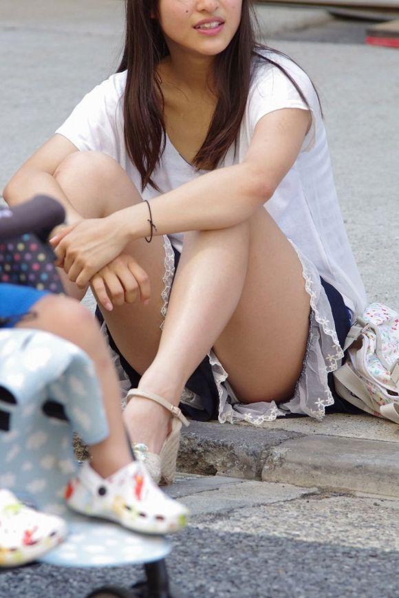 若い ギャルママ パンチラ 胸チラ エロ画像【33】