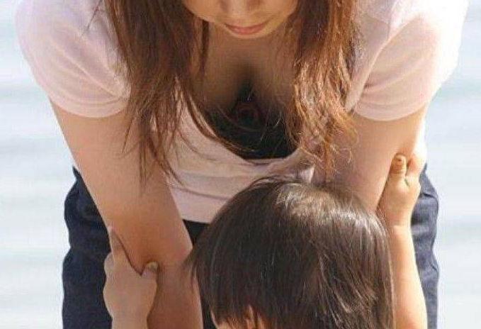 若い ギャルママ パンチラ 胸チラ エロ画像【49】