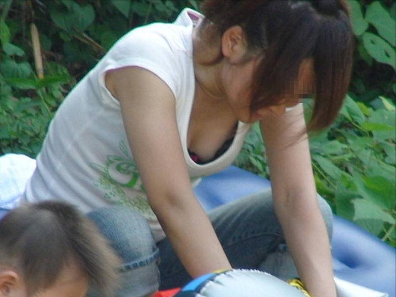 若い ギャルママ パンチラ 胸チラ エロ画像【51】