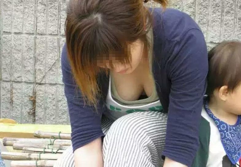 若い ギャルママ パンチラ 胸チラ エロ画像【53】