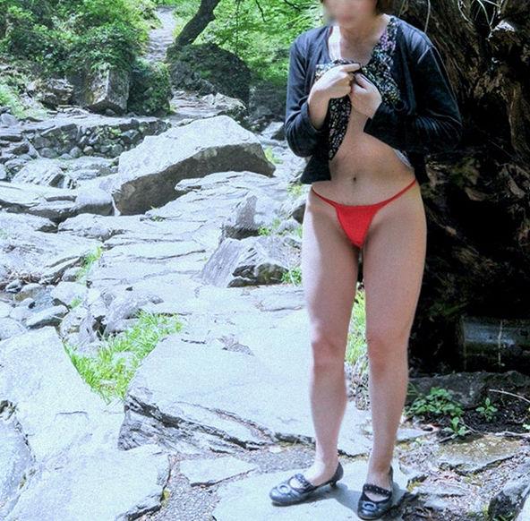 マイクロビキニ 熟女 おばさん 水着 極小 エロ画像【4】