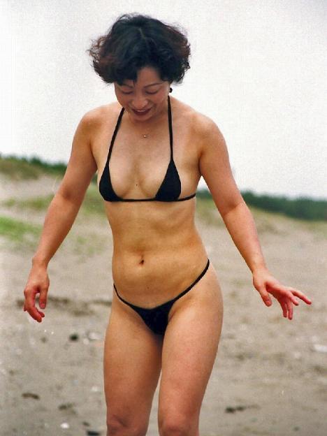 マイクロビキニ 熟女 おばさん 水着 極小 エロ画像【5】