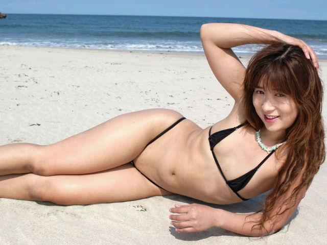 マイクロビキニ 熟女 おばさん 水着 極小 エロ画像【22】