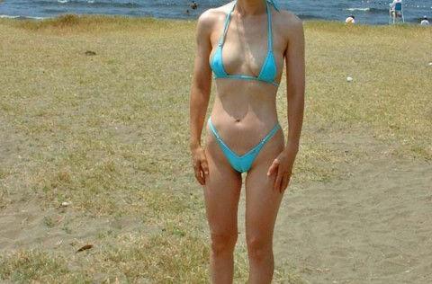 マイクロビキニ 熟女 おばさん 水着 極小 エロ画像【25】