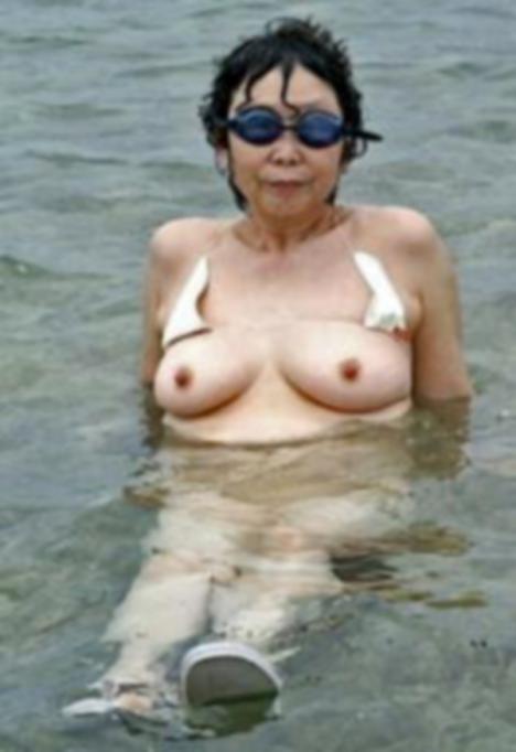 マイクロビキニ 熟女 おばさん 水着 極小 エロ画像【34】