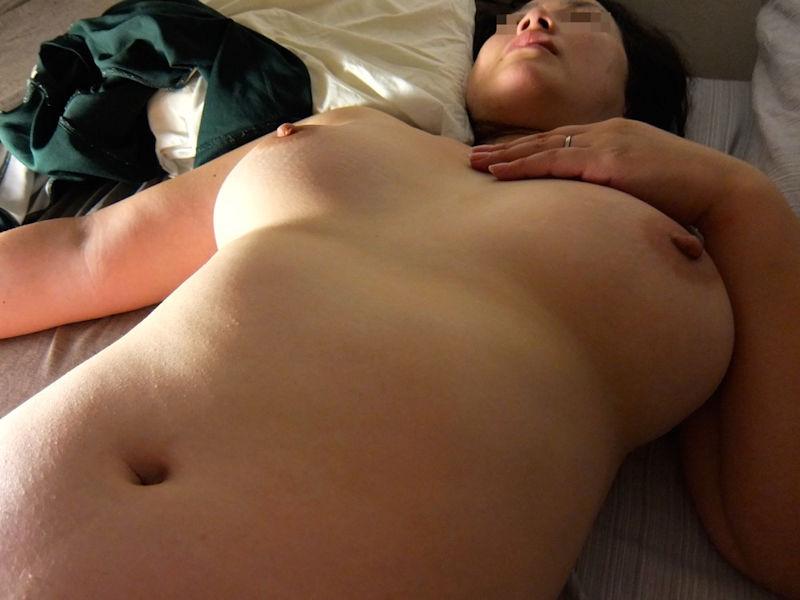 人妻 熟女 寝乳 仰向け おっぱい エロ画像【12】