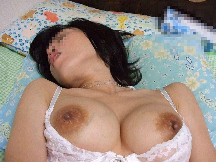 人妻 熟女 寝乳 仰向け おっぱい エロ画像【23】