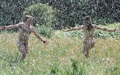 大雨・嵐・台風注意な全裸でずぶ濡れエロ画像 ②