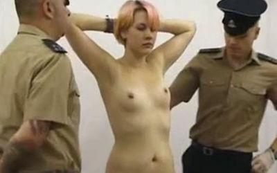 刑務所の女囚人が全裸で身体検査されてるエロ画像 ①