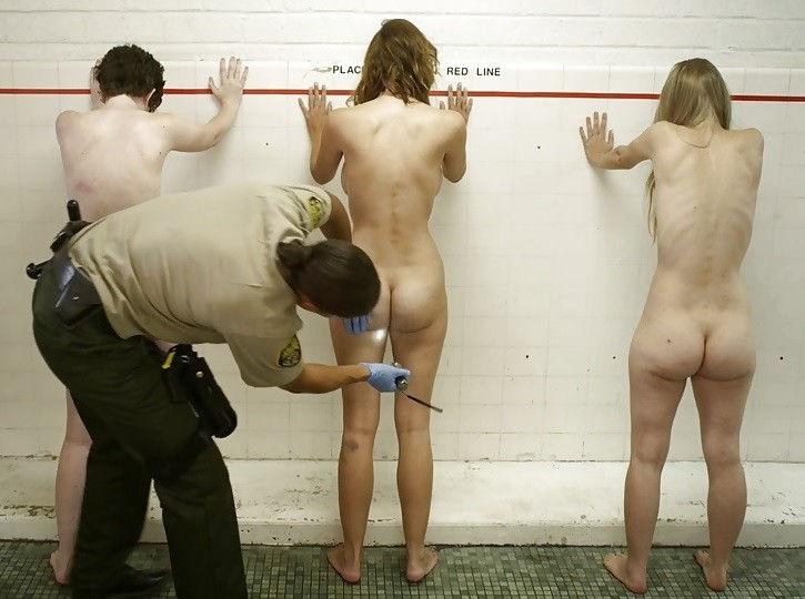 刑務所の女囚人が全裸で身体検査されてるエロ画像