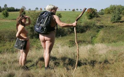 リュックサックを背負うハイキングバックパッカーのエロ画像 ④