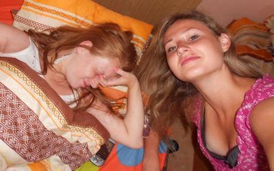 10代~20代の外国人が可愛く胸チラ・乳首チラしてるエロ画像 ①