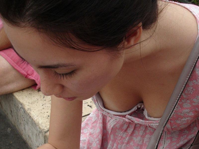 10代~20代の外国人が可愛く胸チラ・乳首チラしてるエロ画像