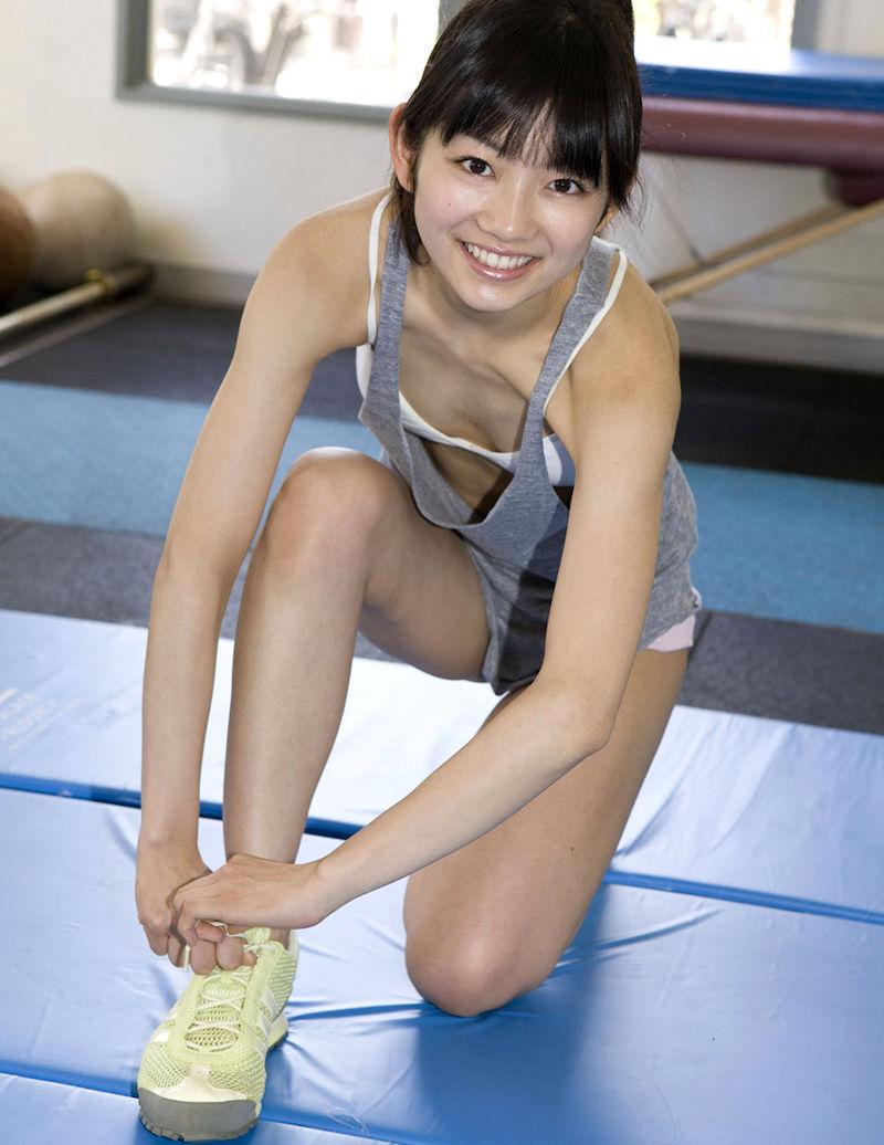 スポブラ 胸チラ 谷間 隙間 スポーツブラジャー エロ画像【1】