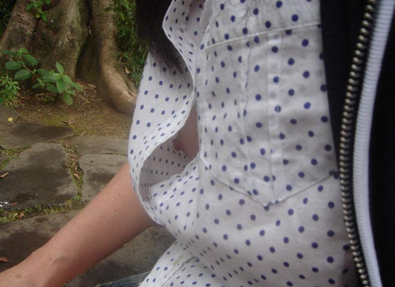 乳首やブラがチラ見えするシャツの隙間の胸チラ画像