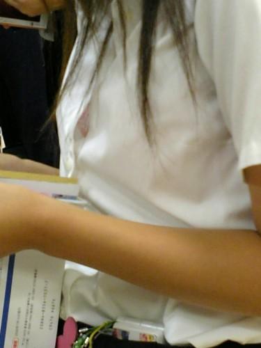 乳首 ブラ チラ見え シャツ 隙間 胸チラ エロ画像【7】