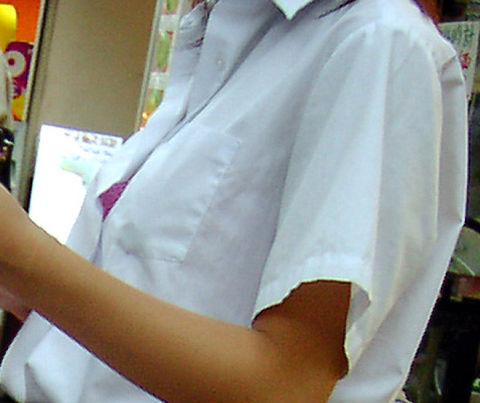 乳首 ブラ チラ見え シャツ 隙間 胸チラ エロ画像【12】