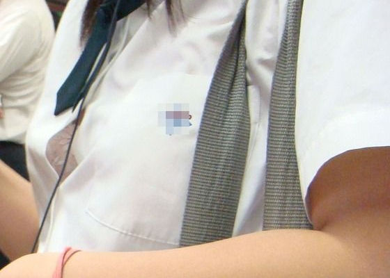 乳首 ブラ チラ見え シャツ 隙間 胸チラ エロ画像【16】