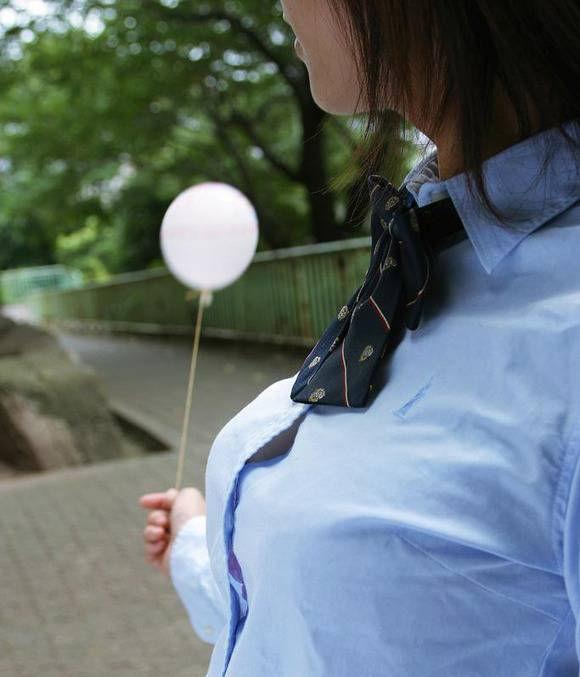 乳首 ブラ チラ見え シャツ 隙間 胸チラ エロ画像【18】