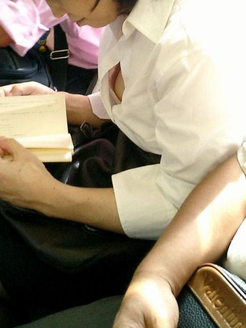 乳首 ブラ チラ見え シャツ 隙間 胸チラ エロ画像【20】