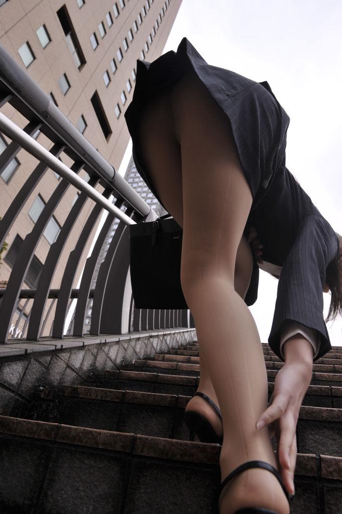 階段 パンツ OL パンチラ エロ画像【2】
