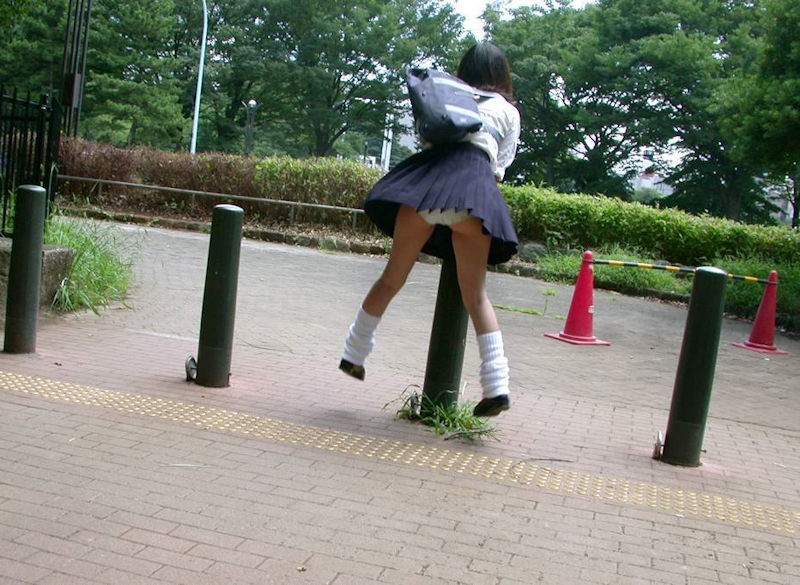 パンチラすんの知っててスカートでジャンプするエロ画像