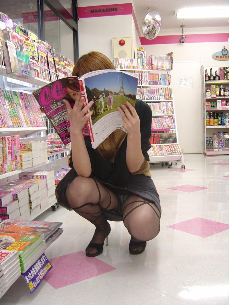 コンビニ 雑誌コーナー 立ち読み 座り読み 女性客 パンチラ エロ画像【5】