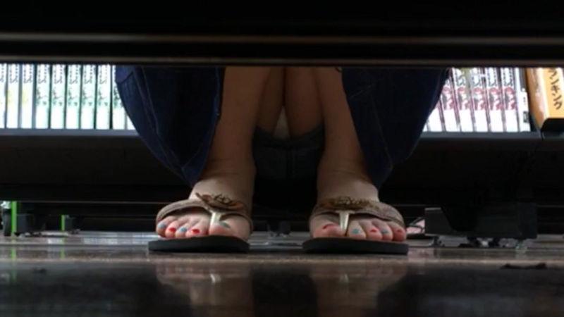 棚下 隙間 しゃがみパンチラ エロ画像【49】