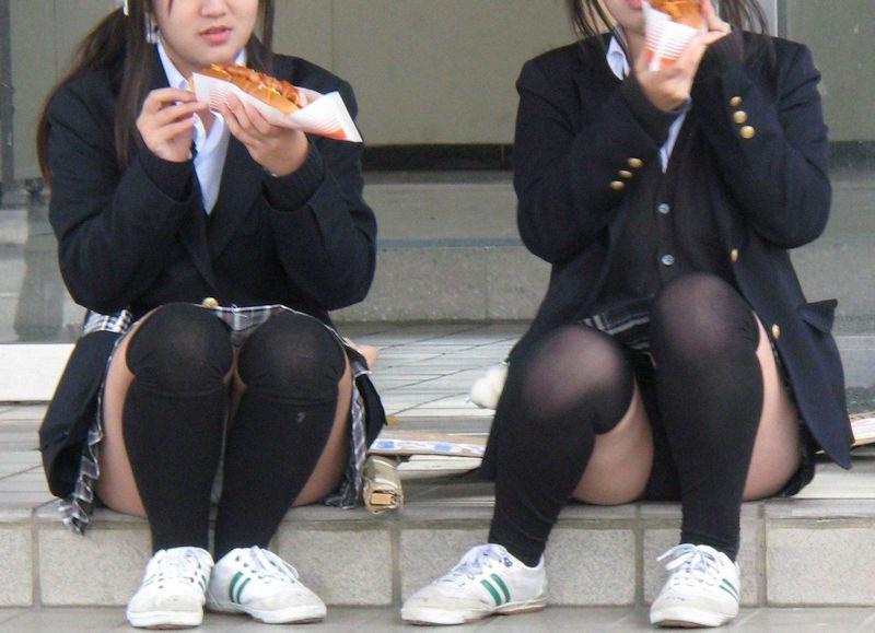 食事中にパンツ見えた飲食パンチラエロ画像