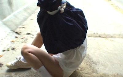 無抵抗なJKがいじめられる茶巾縛りのエロ画像 ②