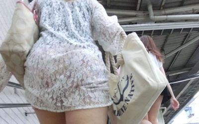 ワンピースの透け感すげえ!下着が透ける街撮り白ワンピのエロ画像 ④