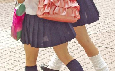 JKのスカートからパンツや太ももが透けてるエロ画像 ①