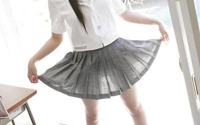 JKのスカートからパンツや太ももが透けてるエロ画像 ②