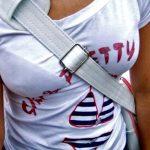 ブラジャーが透けブラしやすい白Tシャツのエロ画像