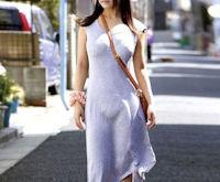 ワンピースの透け感すげえ!下着が透ける街撮り白ワンピのエロ画像